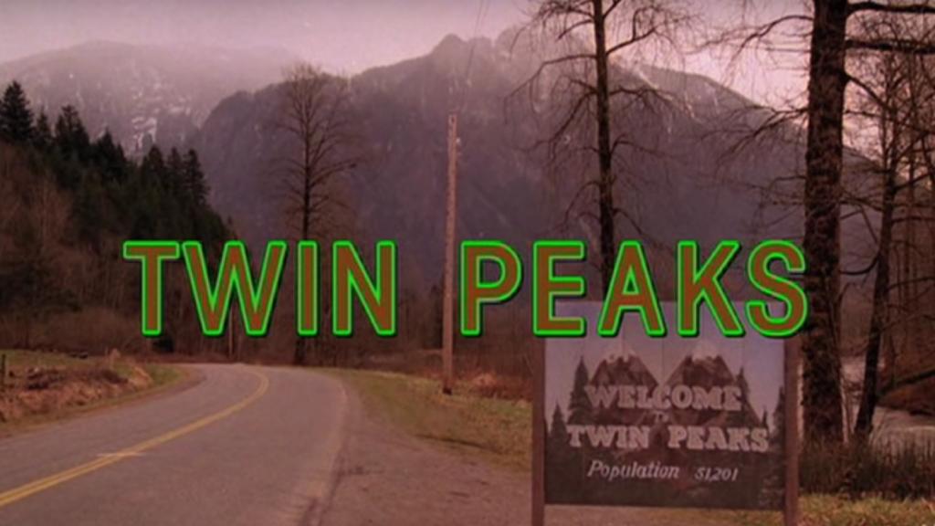 """Vue d'une route près des montagnes et de la forêt avec un panneau """"Bienvenue à Twin Peaks"""" et le titre Twin Peaks au centre de l'image."""